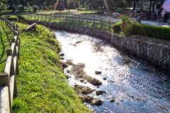Travesía de río el pueblo foto de archivo