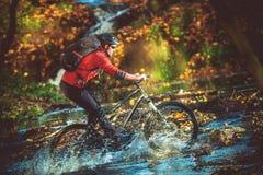 Travesía de río extrema de la bici Fotografía de archivo libre de regalías