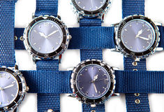 Travesía de un reloj azul de los hombres en un fondo blanco Imagenes de archivo