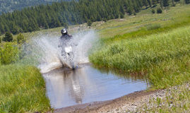 Travesía del agua de la bici de la suciedad Imagen de archivo