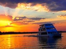 Travesía del barco de la puesta del sol en el río Zambezi fotografía de archivo libre de regalías