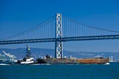 Travesía del barco debajo del puente de Oakland Fotografía de archivo