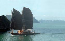 Travesía del barco en la bahía de Halong, Vietnam Imagenes de archivo
