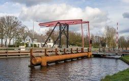 Travesía del puente dentro de un paisaje escénico Foto de archivo
