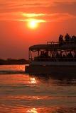 Travesía del río de la puesta del sol fotografía de archivo