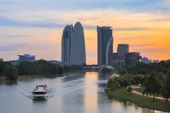 Travesía del río de la puesta del sol en Putrajaya foto de archivo libre de regalías