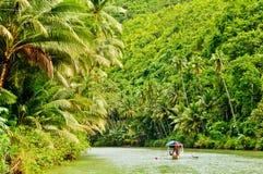 Travesía del río de la selva tropical foto de archivo