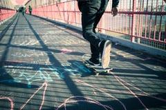 Travesía del skater en el puente Imágenes de archivo libres de regalías