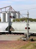 Travesía del tren con los silos Imagen de archivo libre de regalías