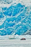 Travesía del zodiaco en Tracy Arm Glacier, Alaska fotos de archivo