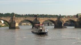 Travesía delante del puente de ChaRTes, Praga almacen de metraje de vídeo