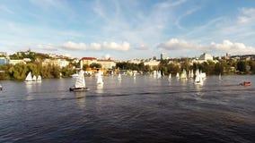 Travesía en el río de Moldava en Praga, República Checa, metrajes