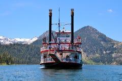 Travesía escénica diurna en el lago Tahoe fotografía de archivo