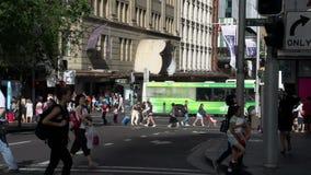 Travesía ocupada con la gente Sydney céntrica que camina almacen de video