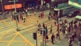 Travesía ocupada del peatón y del coche en Hong Kong almacen de metraje de vídeo