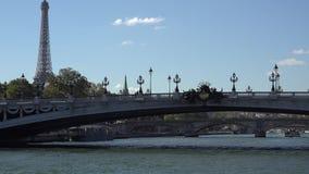 Travesía romántica en el Sena que pasa la torre Eiffel cercana almacen de metraje de vídeo