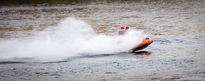 Travesías de la lancha de carreras a lo largo del río imagen de archivo