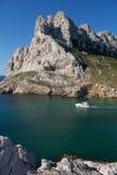 Travesías del bote pequeño con el mediterráneo Imagen de archivo libre de regalías