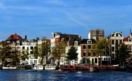 Traves?a del canal en Amsterdam fotos de archivo