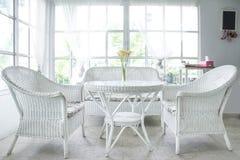 Travesaño blanco de la silla y de la tabla y de la ventana en fondo Imagenes de archivo