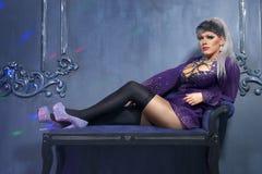 Travesti-diva O conceito de um travesti o Homem-ator transforma em uma mulher está levantando para a câmera fotos de stock