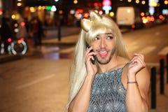 Travestiet met baard die telefonisch roepen stock afbeeldingen