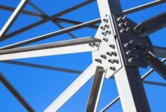 Travi di acciaio contro il cielo blu Immagine Stock