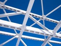 Travi di acciaio contro il cielo blu Fotografia Stock