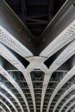 Travi di acciaio unite parallelo che sostengono la portata del ponte fotografia stock libera da diritti