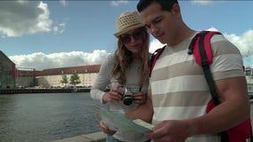 Travling stad för par i sommar arkivfilmer