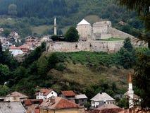 Travnik en sikt av den medeltida befästningen royaltyfri fotografi