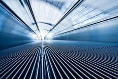 travolator авиапорта голубое moving Стоковая Фотография