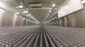 Travolator vazio no aeroporto filme