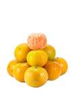 Travt av oranger på vit bakgrund Arkivfoto