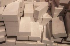 Travt upp en stor hög av vita tegelstenar arkivbilder