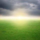 Traw pola i raincloud na złym dniu Fotografia Royalty Free