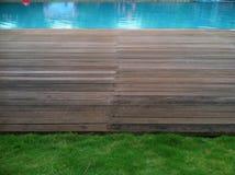 Trawa i Drewniana podłoga przy Pływackim basenem Fotografia Royalty Free