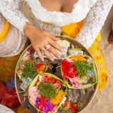 Trawa i pieniądze - poświęcać przy balijczyk ceremoniami Religia Zdjęcia Stock