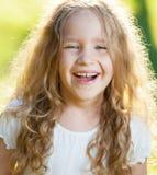 trawa szczęśliwą dziewczynę Zdjęcie Royalty Free