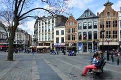 Trawa Targowy Grasmarkt przy agora kwadratem otaczającym utrzymanymi historycznymi budynkami, blisko Uroczystego miejsca w Brukse Obraz Royalty Free