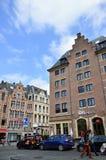 Trawa Targowy Grasmarkt przy agora kwadratem otaczającym utrzymanymi historycznymi budynkami, blisko Uroczystego miejsca w Brukse Fotografia Stock