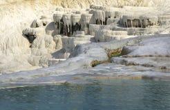 Trawertynów tarasy i błękitny jezioro w Pamukkale Fotografia Stock