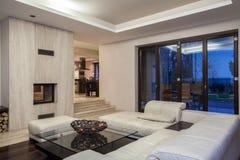Trawertynu dom - przestronny żywy pokój obraz royalty free