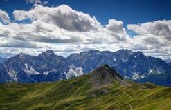 Trawiaści skłony Carnic Alps z falezami Sexten dolomity Obrazy Stock