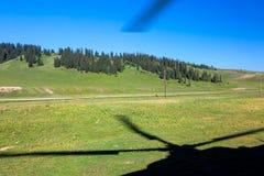 Trawiasta łąka od okno Brać Daleko helikopter fotografia stock