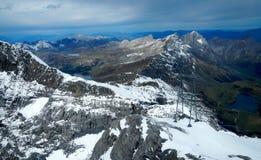 Trawiasty jezioro przy Szwajcarskimi Alps Zdjęcie Royalty Free