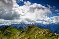 Trawiastych Carnic Alps główna grań z strzępiastymi południowymi Carnic Alps Zdjęcie Royalty Free