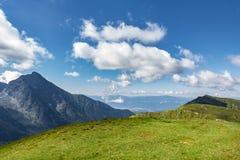 Trawiastych i skalistych gór grań pod zadziwiającym niebem Obrazy Royalty Free