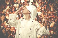 Trawienny biskwitowy tło Młody szef kuchni Fotografia Royalty Free