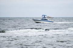 Trawler łodzi rybackiej żeglowanie w otwartym nawadnia Obrazy Stock